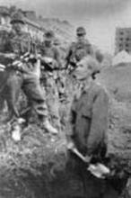 Kobieta kopie grób, ul. Dworkowa 1944